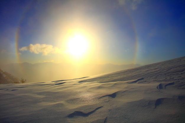 富士山と南アルプスを擁して昇る朝陽に日傘