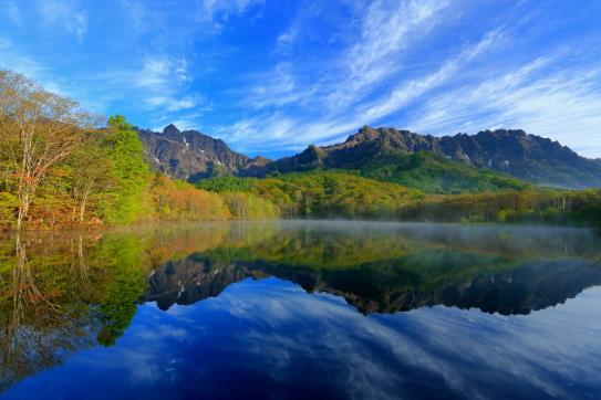 09-鏡池に映える戸隠山と雲