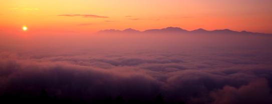 雲海に浮かぶ南アルプスとご来光