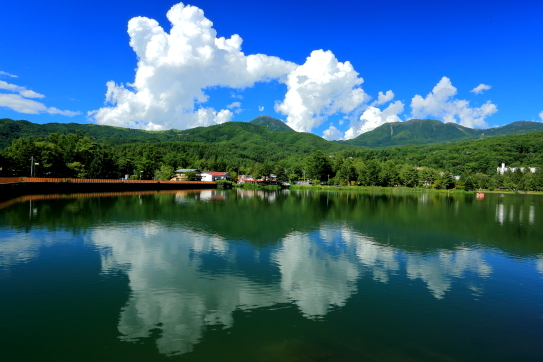 入道雲湧く蓼科湖