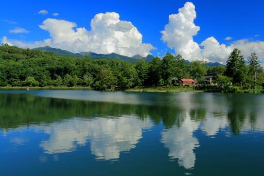 蓼科湖に映える赤岳と入道雲