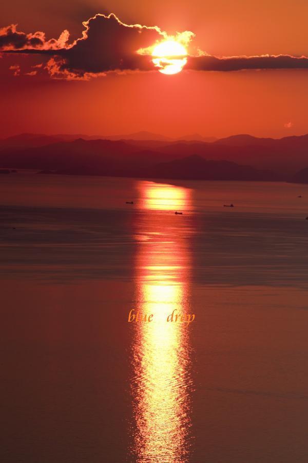 夕陽に染まる海