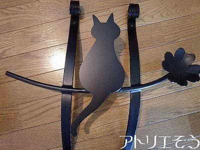 四葉のクローバーと太っちょ猫のアルミ製妻飾りの写真