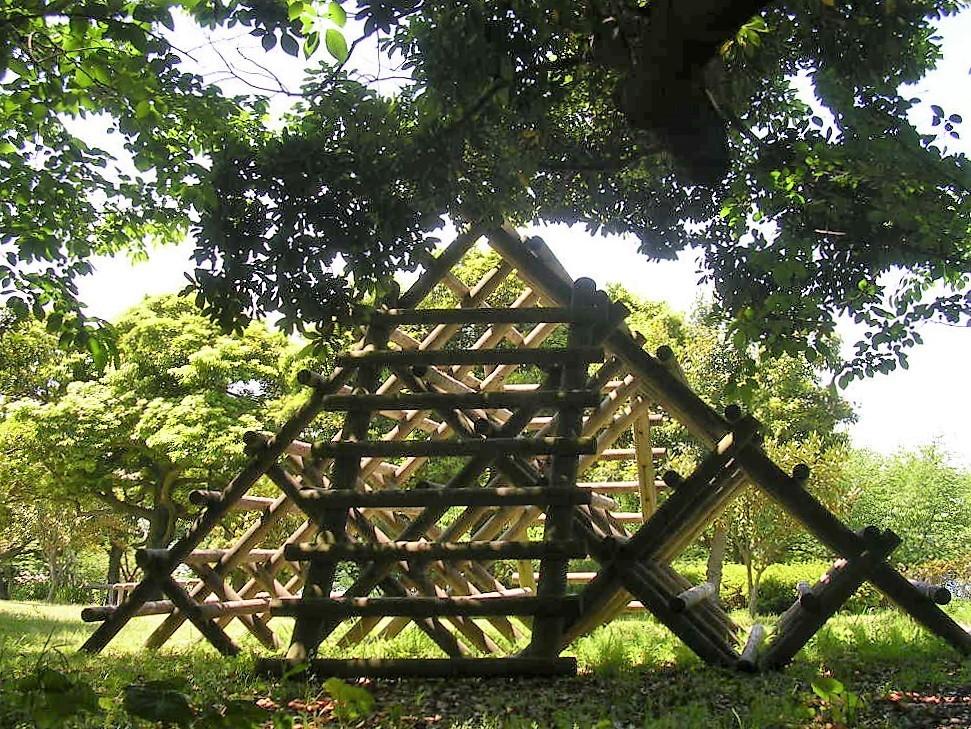 木製の遊具 ピラミッド型