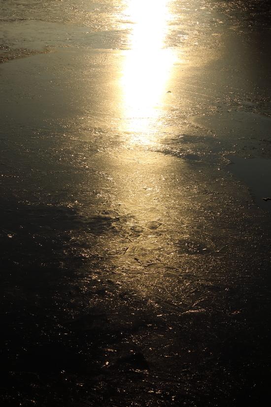 9090   凍った湖面