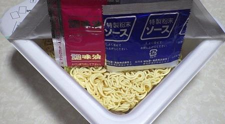 6/24発売 塩カルビ味焼そば Wわさび(内容物)