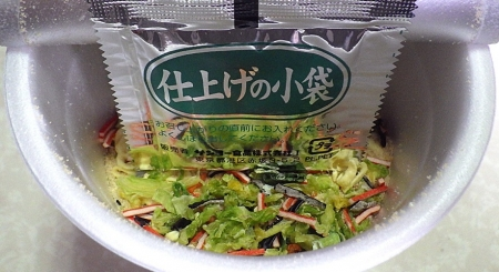 5/27発売 創味シャンタン 海鮮塩味 刀削風麺(内容物)