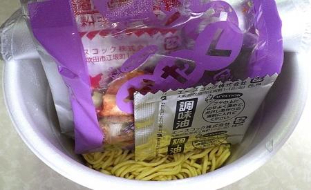 5/13発売 スーパーカップ1.5倍 ブタキムラーメン スパイシーBLACK(内容物)