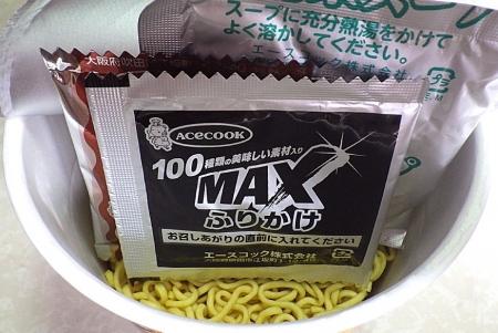 7/8発売 スーパーカップMIX スパイシー味噌とんこつラーメン MAXふりかけ仕上げ(内容物)