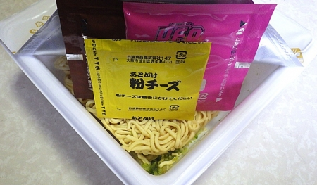 6/24発売 日清焼そば U.F.O. 神味マキシマム 背脂×ニンニク×チーズ(内容物)