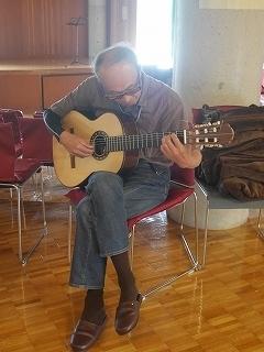 オーズさん、納品ギターを試奏