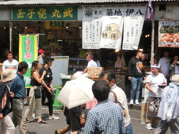 上海から来日した若い女性と築地の「かぐら寿司」へ