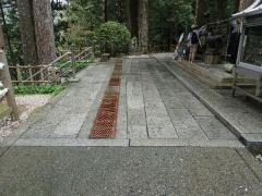 21本堂前の石畳