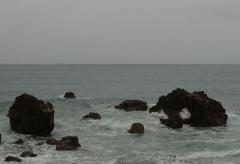 34岩に砕ける波
