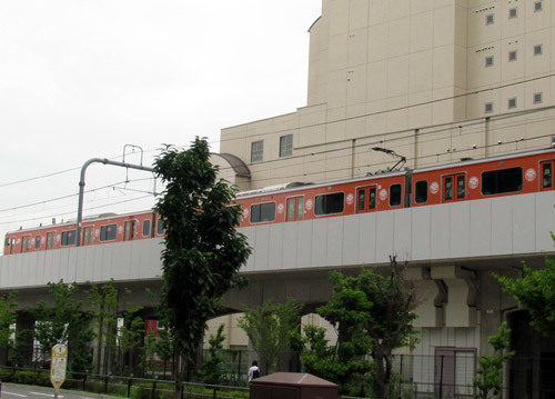 オレンジラッピング電車