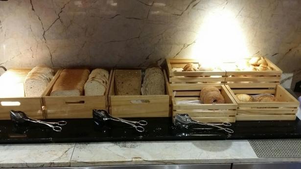 ラウンジのパン