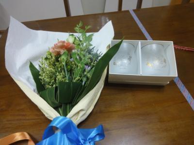 お祝いの花束とグラス