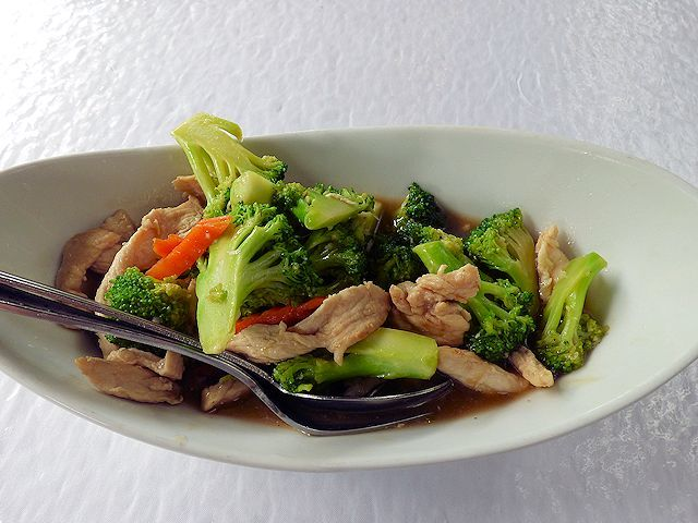 マイレズ・タイのブロッコリーとチキンの炒め物