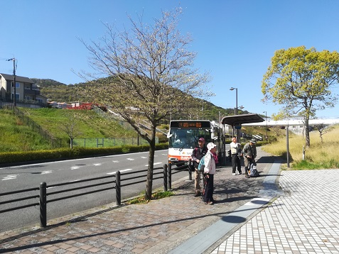 2 団地のバス停で下車