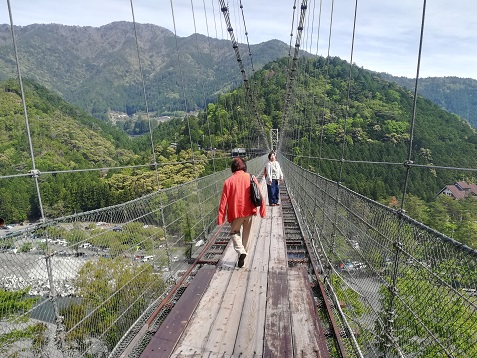 2 谷瀬の吊橋を渡る
