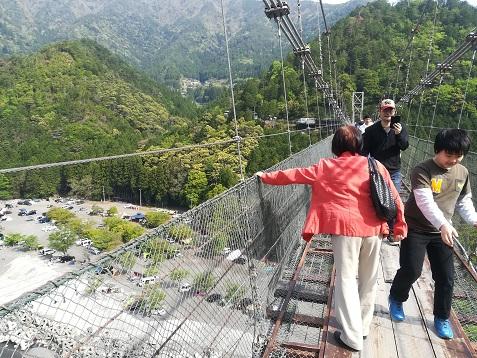 3 谷瀬の吊橋を渡る すれ違い