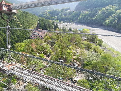 4 吊橋の下はキャンプ場