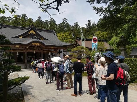 15 熊野本宮大社の参拝者の列