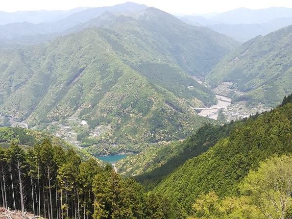 13 下山道から十津川温泉付近を眺める