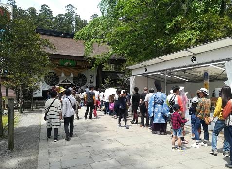 16 熊野本宮大社の参拝者の列