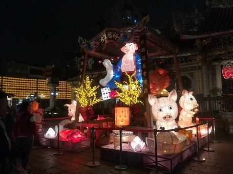 24 龍山寺前