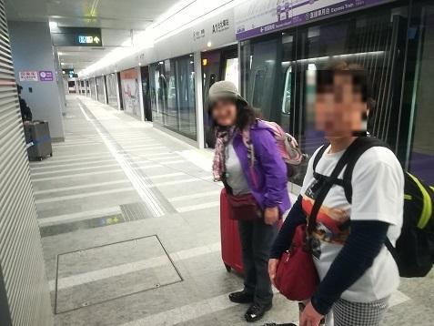 4 台北車站 MRT桃園機場線の新駅のプラットホームへ到着