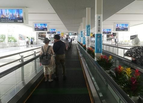 2 空港ターミナルへ向かう