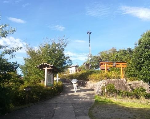 5 明神山の頂上展望デッキ近し