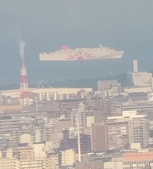9b大阪湾を航行するフェリー
