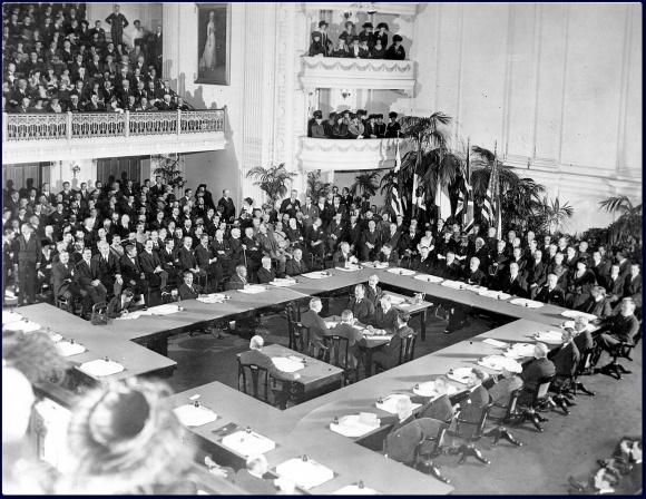 https://blog-imgs-128.fc2.com/n/a/k/nakinagaramojiwouru/Treaty_of_Versailles_oldphoto.jpg
