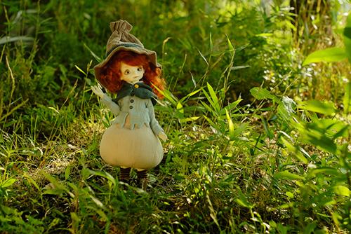 DOLLZONE・Pumpkinのクルル。帽子とケープも着せて、お外で撮影。