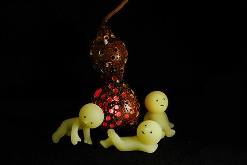 ツバキアキラが撮ったスミスキーの写真。ひょうたんから漏れる灯りに引き寄せられて集まってきたスミスキー達。