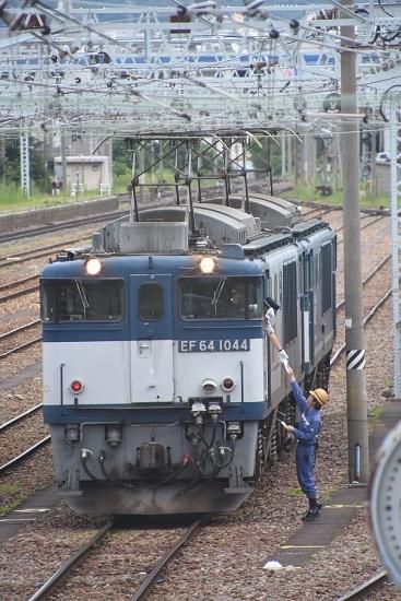 南松本にて 西線貨物8084レ EF64-1044号機の運転士にメモを渡す