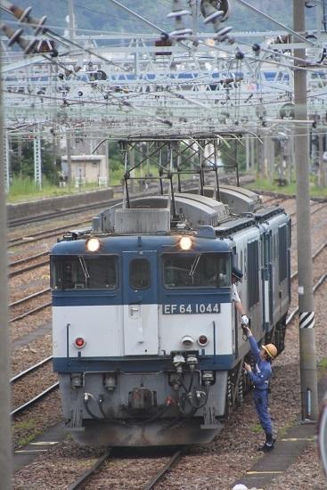 南松本にて 西線貨物8084レ EF64-1044号機の運転士に無線機を渡す