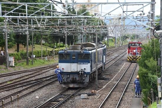 南松本にて 西線貨物8084レ EF64-1049号機と誘導員さん