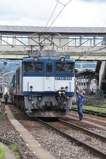 南松本にて 西線貨物8084レ EF64-1044号機の運転さんが無線機返却
