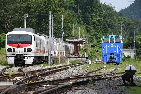 信濃川上駅に止まるEast-i D