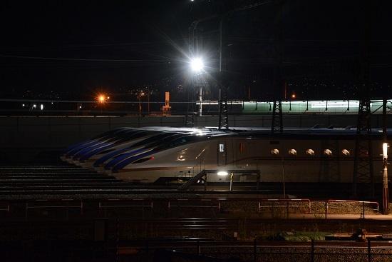 E7系の並びの後ろを新幹線の作業車が通過