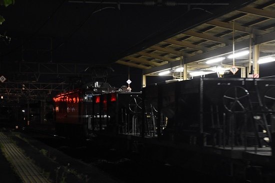 EF64-1052号機が牽くホキ廃回発車