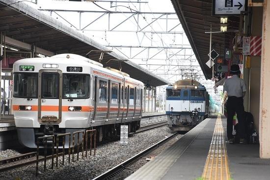 塩尻駅4番線に入線する西線貨物8084レ