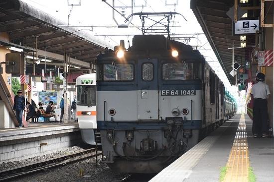 塩尻駅4番線に止まる西線貨物8084レ