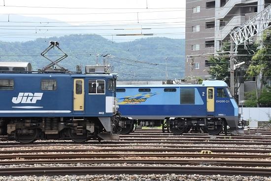 EF64-1049号機(広島更新色)とEH200-24号機の並び