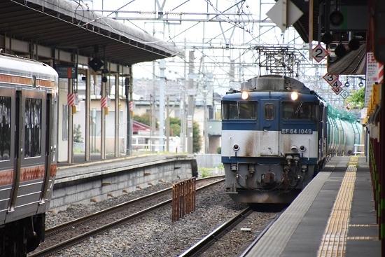 塩尻駅5番線に進入する西線貨物8084レ EF64-1049号機