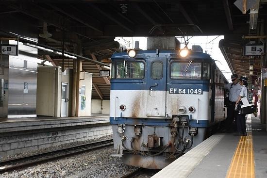 塩尻駅にて運転士が交代する西線貨物8084レ