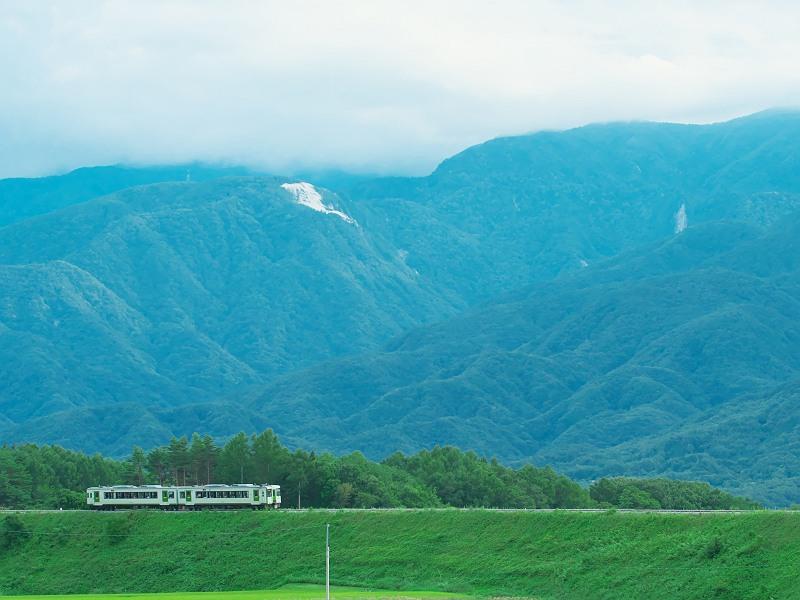 山々を背に